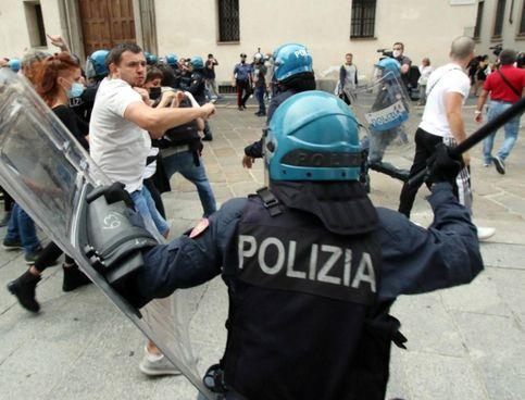 Un momento degli scontri tra No Vax e forze di polizia, durante il corteo non autorizzato tenutosi a Milano