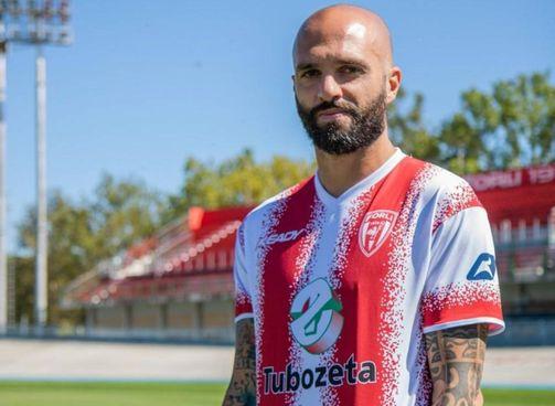 Manuel Pera con la nuova divisa biancorossa e lo sponsor Tubozeta, ufficializzato ieri
