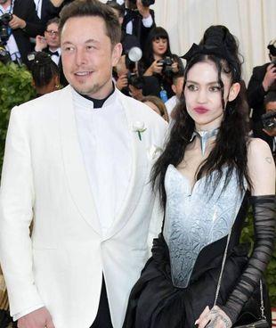 Elon Musk, 50 anni, con la cantante Grimes – vero nome Claire Elise Boucher – di 33 anni