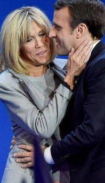 Emmanuel Macron, 43 anni, con la moglie Brigitte, di 68