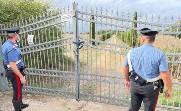 Il cancello della casa di campagna dove Ciriaco Pigliaru, 65 anni, ha ucciso la moglie Anna. Poi il suicidio