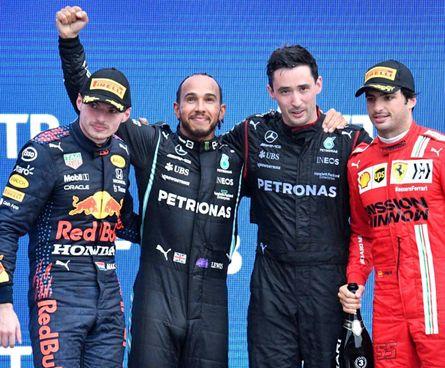 Lewis Hamilton, 36 anni, celebra la vittoria numero 100. Sul podio anche Max Verstappen e Carlos Sainz