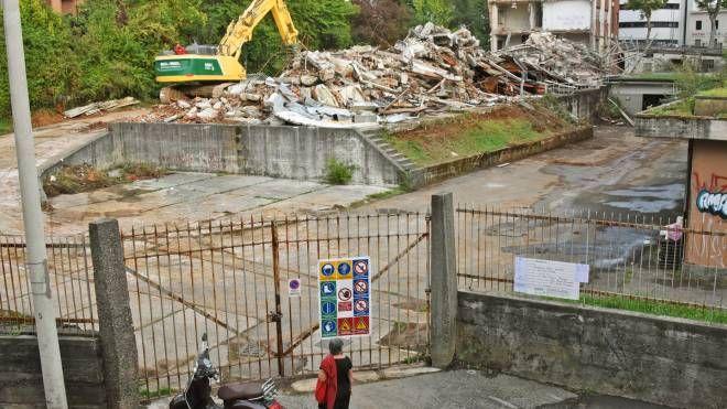 Bergamo, giù quel che resta dell'Ismes: operai e ruspe al lavoro