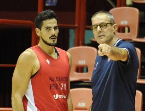 Coach Sandro Dell'Agnello, alla sua terza stagione, indica la strada a uno dei nuovi acquisti, Rei Pullazi. L'Unieuro ha fatto 0/3 in Supercoppa, vinte tutte le amichevoli