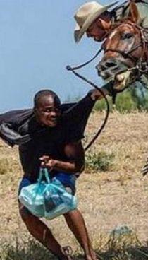Un migrante frustato da un agente. a cavallo al confine con il Messico