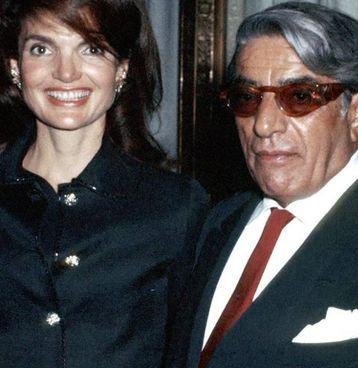 "Jackie Kennedy con Onassis: Aristotele indossa la cravatta col suo nodo ""d'autore"""