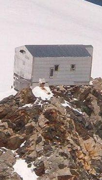Il bivacco Vallot dove i tre alpinisti sono riusciti a mettersi in salvo