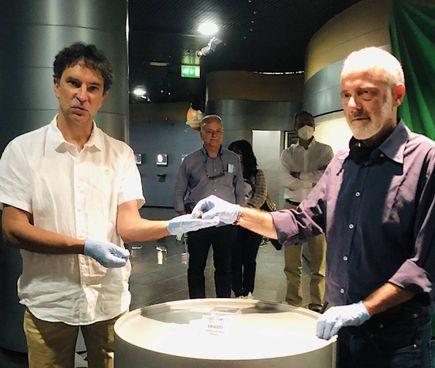 La consegna di una meteorite al direttore della Fondazione Parsec, Marco Morelli