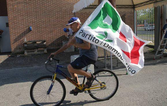 Un'immagine d'archivio di un militante del Partito democratico che, da ieri, può ricominciare a sventolare le sue bandiere