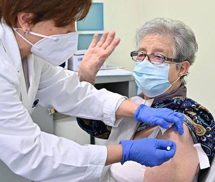 Una over 80 riceve la terza dose del vaccino anti covid un ambulatorio di Torino