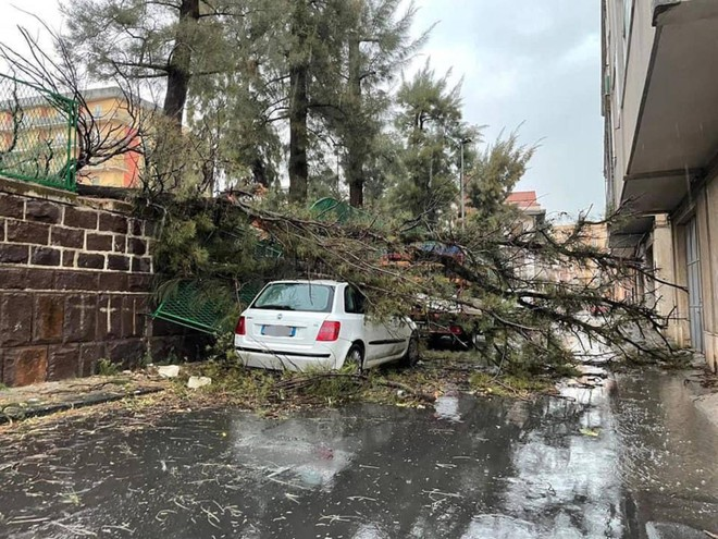 Bad weather, violent tornado over Catania: injuries, flooding and damage / VIDEO / PHOTO
