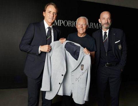 Roberto Mancini,. Giorgio Armani e Luca Vialli: la giacca andrà al museo del calcio