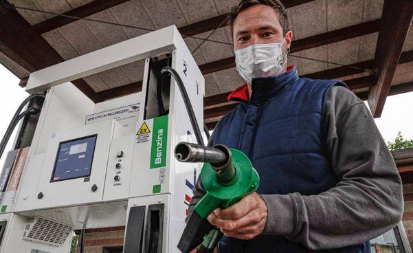 Per l'Unc. la benzina è aumentata in un anno del 21,5%. Una stangata da 358 euro