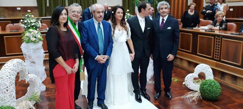 Stefano Battiato (secondo da destra) e Francesca Reale si sposarono nel 2017. Testimone di lei l'ex governatore siciliano Lombardo