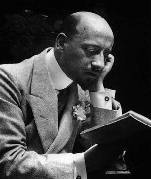 Gabriele D'Annunzio (1863 - 1938) visse dal '21 al Vittoriale degli Italiani, dove morì