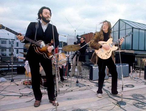 """30 gennaio 1969, """"concerto sul tetto"""". : McCartney ha 27 anni,. Lennon 29"""