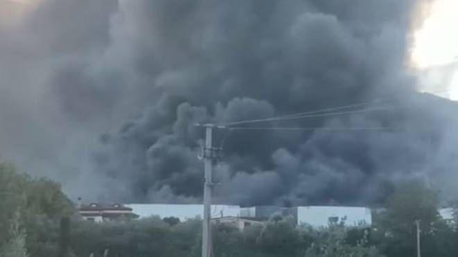 Incendio ad Airola, ancora focolai in via di spegnimento. Danni ingenti