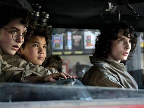 """I giovani protagonisti del nuovo """"Ghostbusters"""" capitanati da Finn Wolfhard (18 anni, """"Stranger Things""""). Accanto i Reitman padre (Ivan) e figlio (Jason)"""