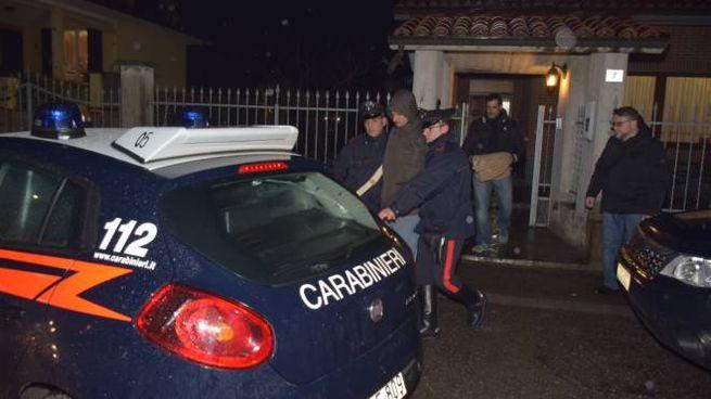 Luca Garlaschelli viene portato via dai carabinieri