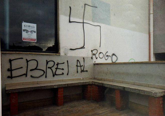 Scritte Antisemite Sui Muri Della Casa Del Popolo Di