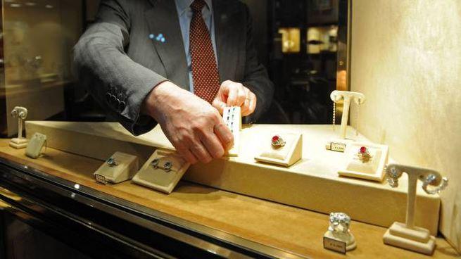 Gioielli nella vetrina di una gioielleria (foto di repertorio)