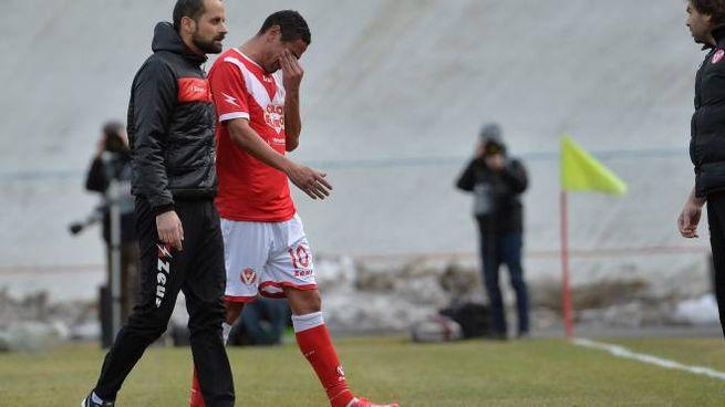 Neto Pereira, 36 anni, esce dal campo per infortunio (LaPresse)