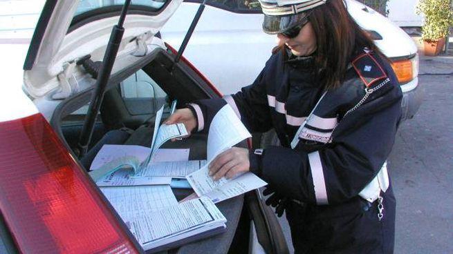 Un vigile urbano al lavoro (foto archivio)