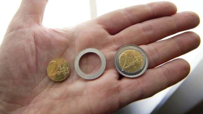 Una moneta da due euro (Ansa)