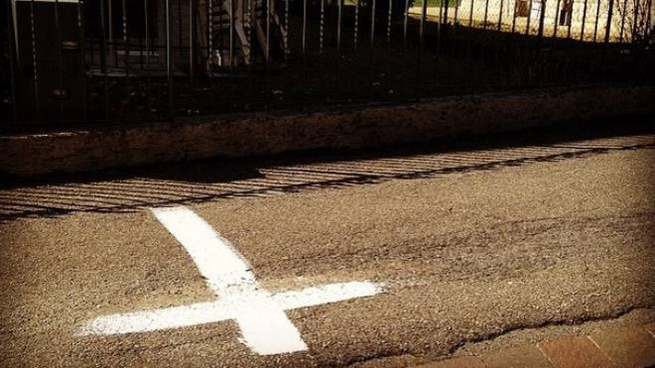 Una croce bianca disegnata per terra ad Ardesio (da Twitter)