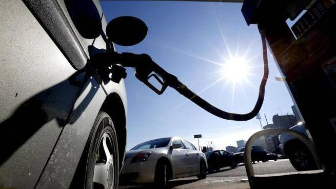 Foto generica: benzina, benzinai, stazioni di servizio (Ansa)