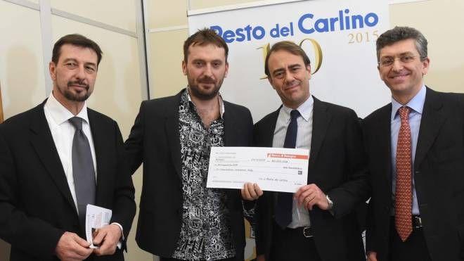 Cesare Cremonini consegna l'assegno all'associazione  Interethnos (Schicchi)