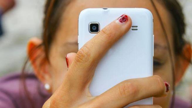 Una teenager con uno smartphone