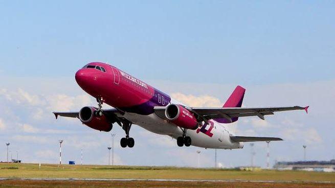 Un aereo della Wizz Air (foto Reuters)