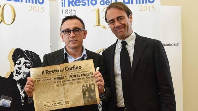 Bruno Barbieri riceve la copia del Carlino del suo giorno di nascita dal direttore Andrea Cangini