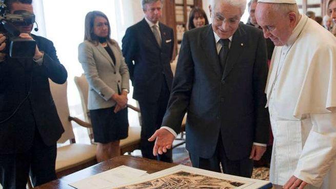 Il presidente della Repubblica Mattarella con Papa Francesco e il disegno di Pericle Fazzini