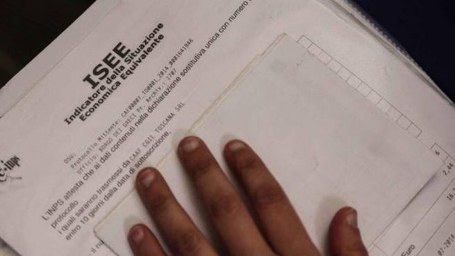 Una dichiarazione Isee (Pressphoto)