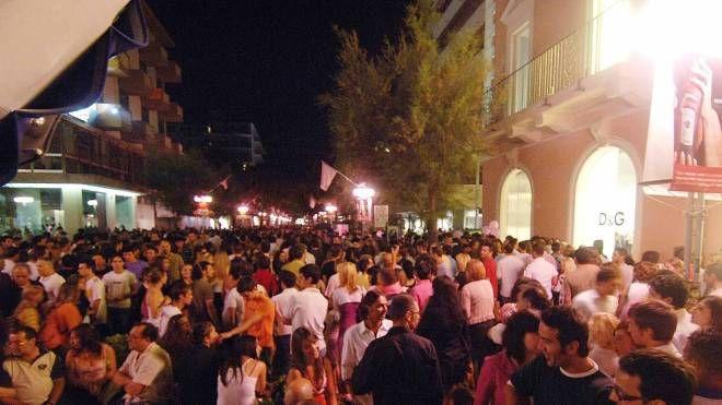 Folla in viale Ceccarini