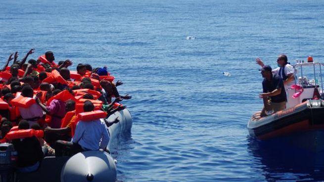 Migranti, un gommone soccorso nel Canale di Sicilia, foto generica (Lapresse)
