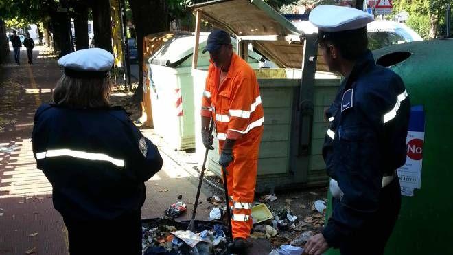 Vigili urbani e operatori ecologici