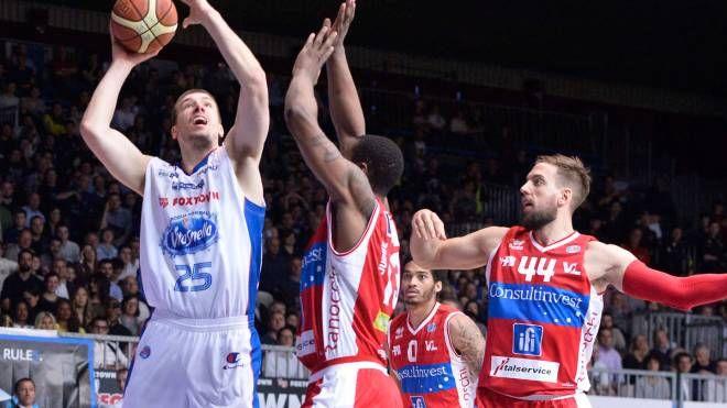 Ivan Buva in azione nella partita Cantù-Pesaro