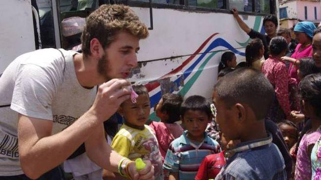 Dario Castagnetti fa le bolle di sapone con alcuni bambini