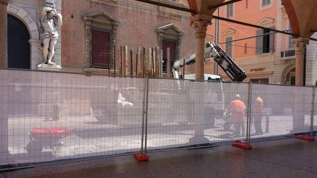 Lavori per il Crealis in Strada Maggiore a fianco del Portico dei Servi (foto Dire)