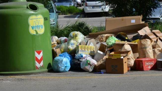 Alcune immagini che parlano da sole sulla situazione relativa ai rifiuti abbandonati  per strada