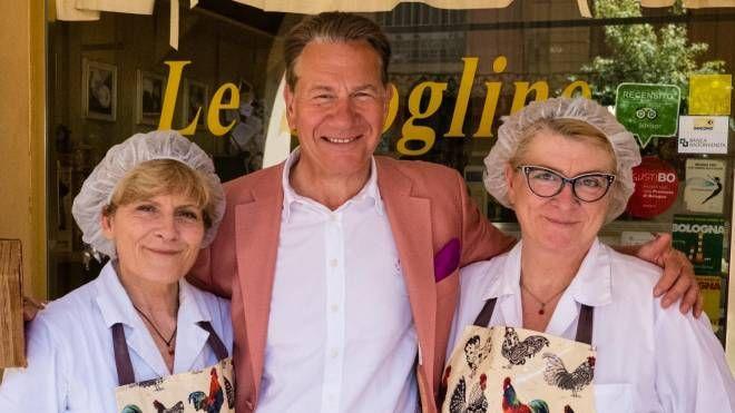 Il giornalista inglese Michael Portillo con Monica e Daniela, 'Le Sfogline' di via Belvedere