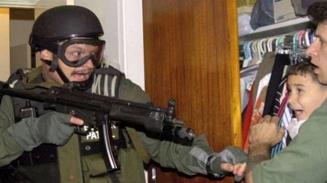 Un agente Usa cerca di riprendere Elian Gonzalez, nascosto dai parenti di Miami (da youtube)