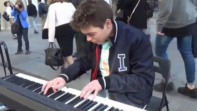 Emanuele Fasano suona in piazza Duomo (Frame video)