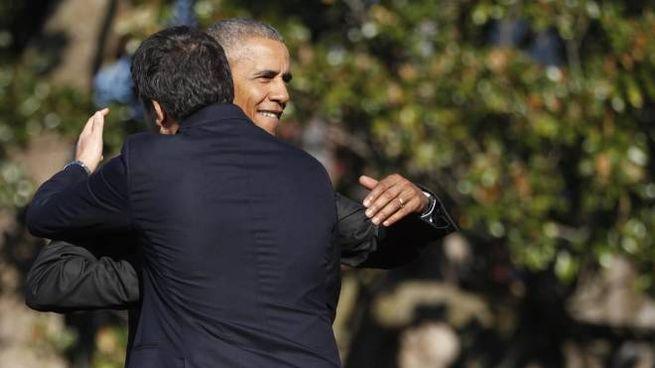 L'abbraccio di Brack Obama a Matteo Renzi (Ansa)