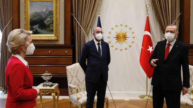 Von der Leyen da Erdogan, per lei niente sedia. Video ...