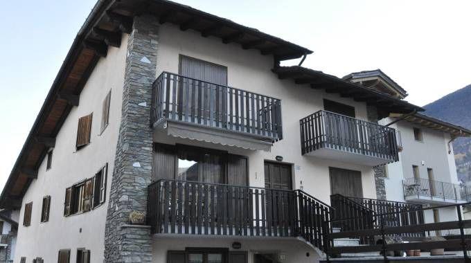 Aosta, l'esterno della casa dove una madre ha ucciso i figli con iniezioni letali (Ansa)