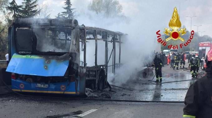 Autobus incendiato sulla Paullese